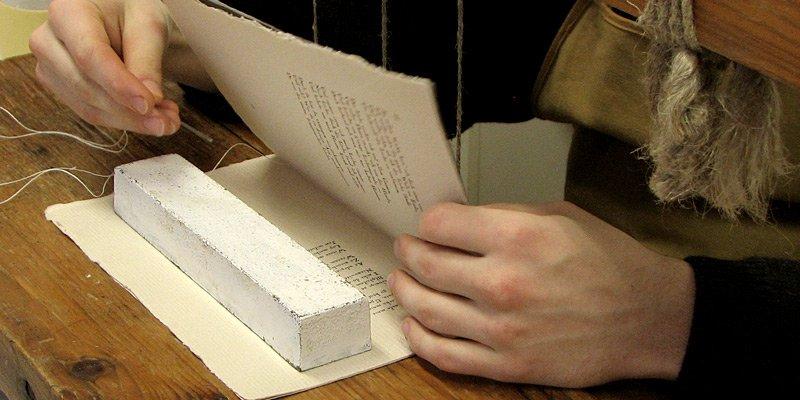 Ręczne szycie ksiązki artystycznej igłą